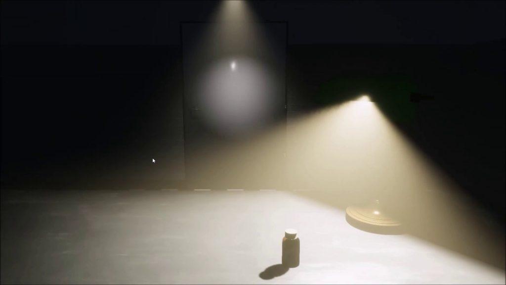 Eine Szene aus dem Spiel. Eine Lampe erhell einen stabigen Raum. In der Mitte steht eine Plastikflasche